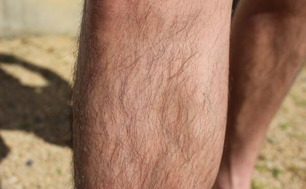 男性のスネ毛のイメージ写真