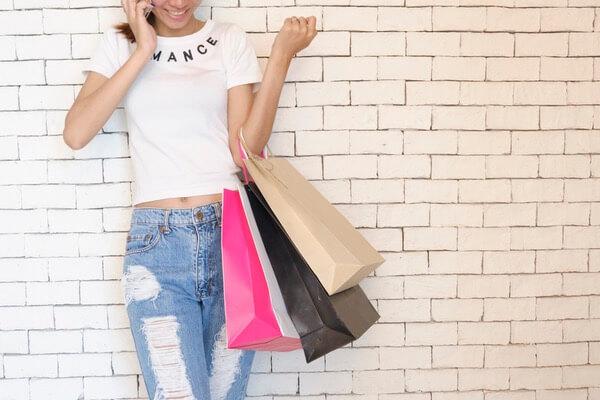 買い物をしている女性の写真