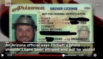 米国の男性、頭にパスタの水切り器を乗せたまま免許更新をする