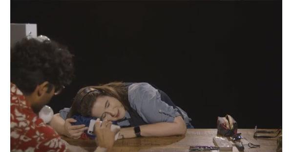 寝顔でアンロックできるか実験する様子